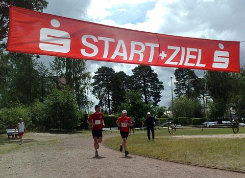 Läuferin und Läufer im Ziel