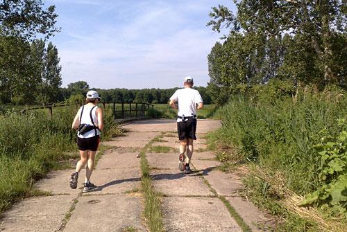 Läufer an einer Brücke