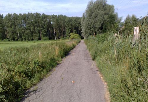 Weg neben der Bahntrasse