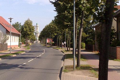 Straße mit Turm von Großbeeren im Hintergrund