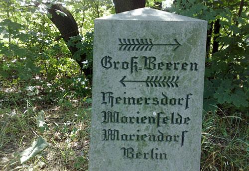 Stein mit Richtungsangabe Marienfelde