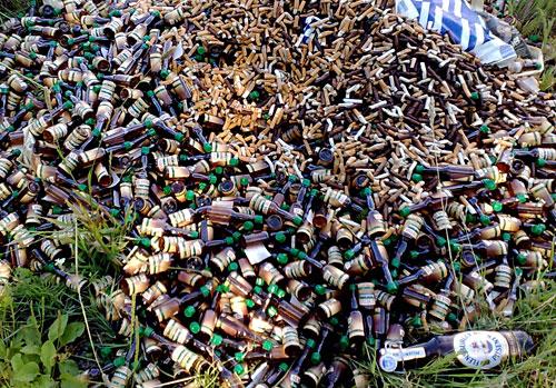 Haufen aus Schnapsflaschen und Zigarettenkippen