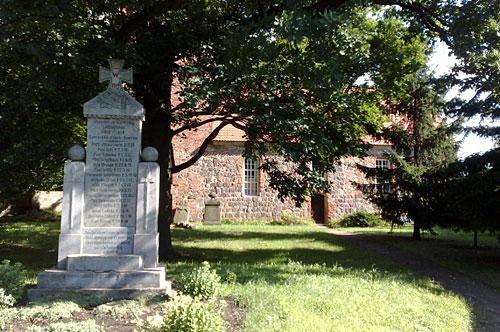 Kirche von Kleinbeeren mit Weltkriegs-Denkmal im Vordergrund