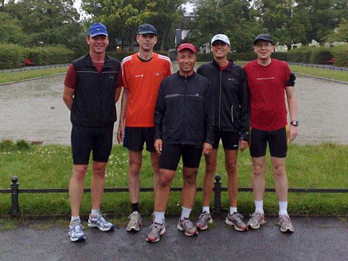 Läufer vor einem Teich im Regen