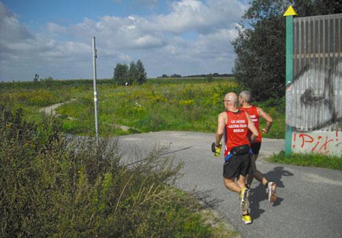 Läufer an einer Biegung des Mauerwegs