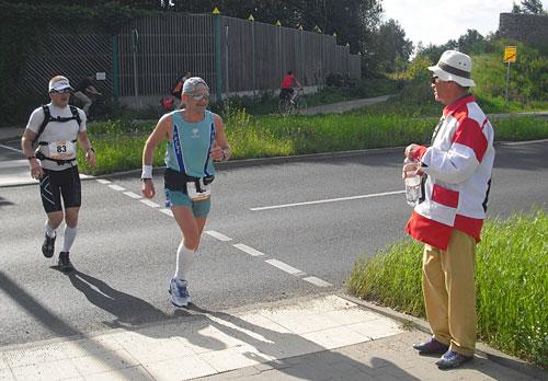 Ultraläufer der 100 Meilen von Berlin und Gerd Conradt mit Wasser