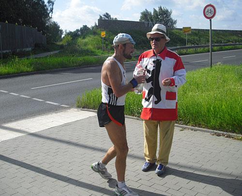 Läufer an einer Getränkestelle der 100 Meilen von Berlin