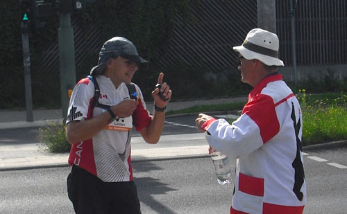 Läufer bekommt von Gert Conradt Wasser