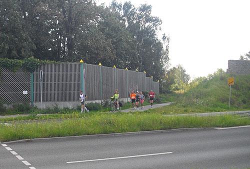 Läufer-Gruppe, begleitet von Fahrrädern
