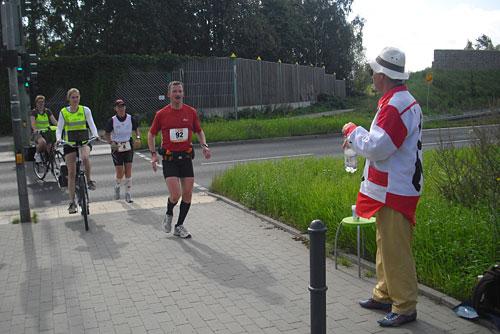 Läufer und Mann mit Wasserflasche