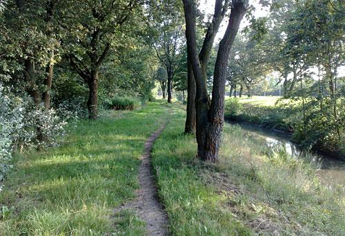 Schmaler Pfad an einem Kanal