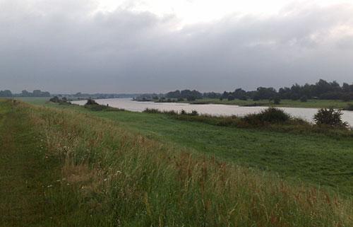 Deich mit Weser und dunklem Himmel