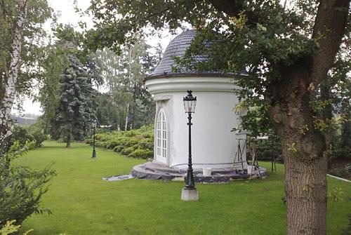 Rundes Häuschen mit Kuppeldach im Garten