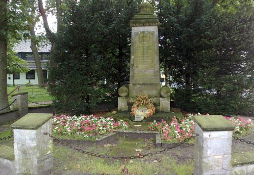 Weltkriegs-Denkmal mit Blumen