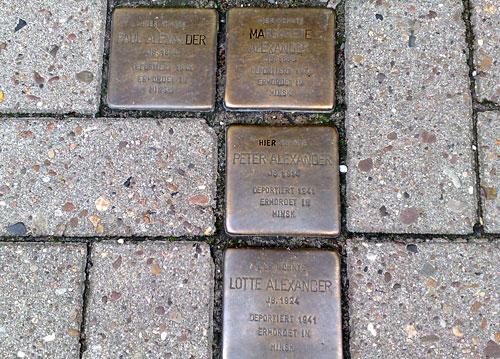 Stolpersteine im Fußweg