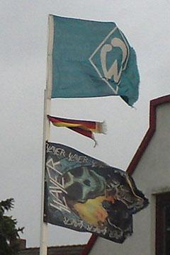 Werder-Bremen- und Slayer-Flagge