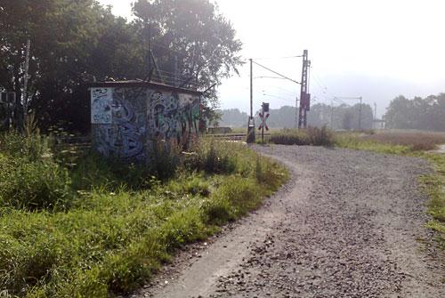 Bahnübergang mit Trafohäuschen