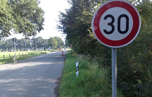 Tempo-30-Schild an der Straße