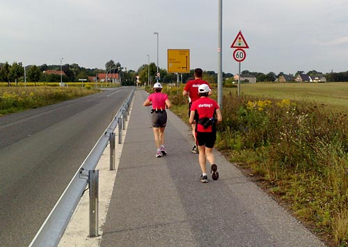 Läufer auf Asphaltweg neben der Straße