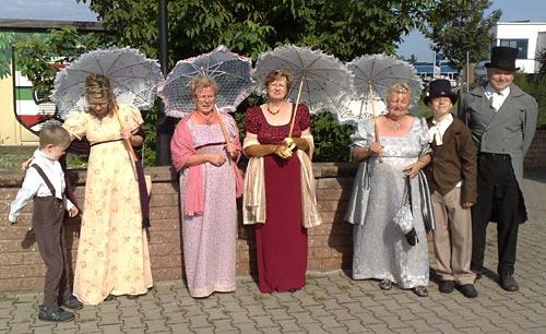 Menschen aus Großbeeren in Kostümen von 1813