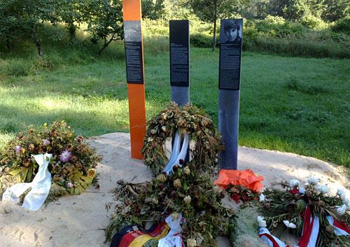 Gedenkstele für Mauertote mit Kränzen