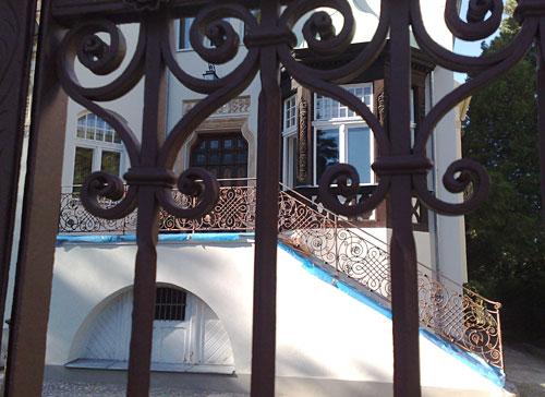 Villa mit verschnörkelten Eisengittern