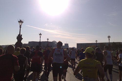 Läufer mit Blick gegen die strahlende Sonne, Reichstag im Gegenlicht