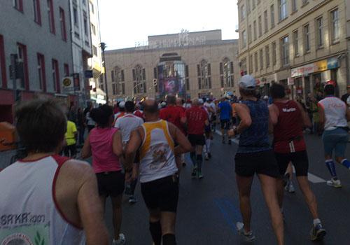 Läufer und im Hintergrund die Fassade des Friedrichstadt-Palastes