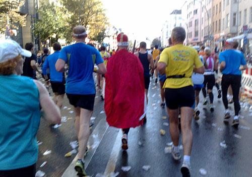 Marathon-Läufer im Königs-Kostüm