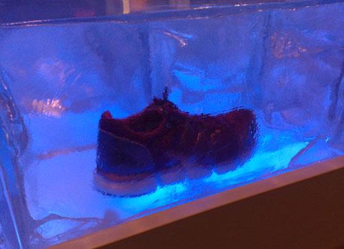 Laufschuh eingefroren im Eis