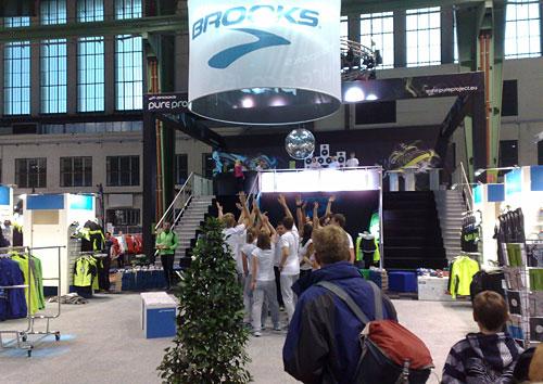 Tanzende Mitarbeiter am Brooks-Stand