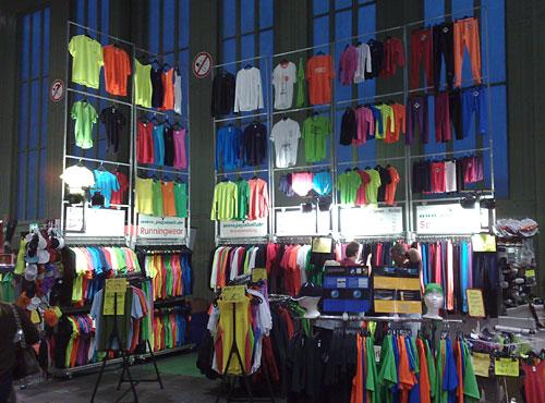 Stand auf der Marathon-Messe mit vielen bunten Laufshirts