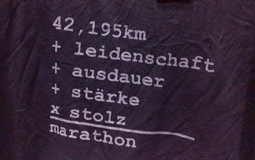 Formel auf Laufshirt: 42,195 km + leidenschaft  + ausdauer + stärke x stolz = marathon