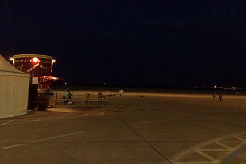 Ausblick auf das abendlich dunkle Flugfeld am Flughafen Tempelhof