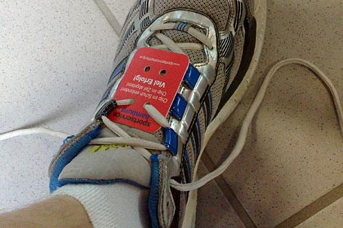 Laufschuh mit rotem Lauf-Chip