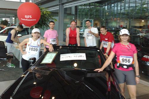 Läufer-Gruppe mit teurem Auto
