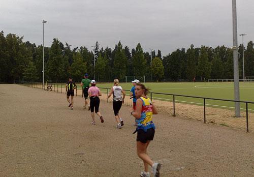 Läufer-Gruppe auf Sportanlage
