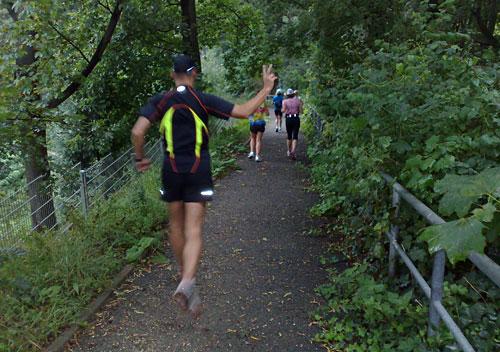 Läufer auf Parkweg bergab