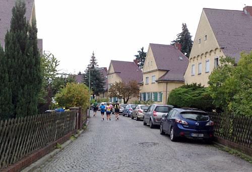 Läufer-Gruppe in der Siedlung mit Häusern aus den 20er-Jahren