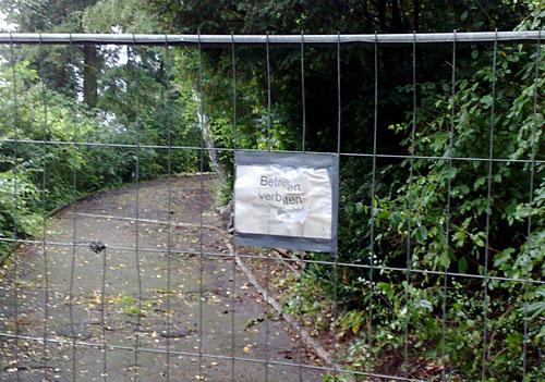 Schild Betreten verboten an einem Sperrgitter