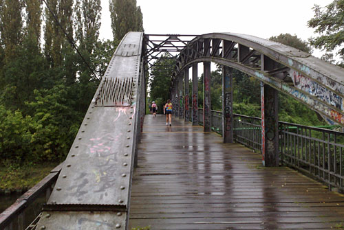 Regennasse Brücke
