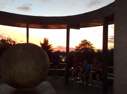 Läufer am Lilienthal-Denkmal bei Sonnenaufgang