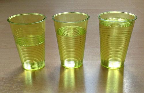 3 Becher mit Wasser, wie sie beim Marathon ausgegeben werden