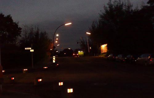 Bahnübergang im Dunkeln