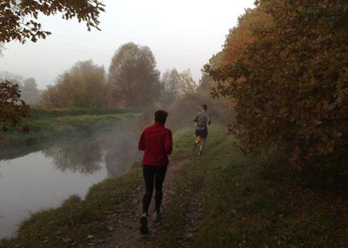 Läufer an nebligem Graben