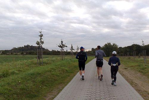 Läufer auf Weg und im Hintergrund die Erhebung Dörferblick