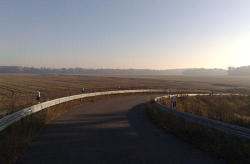 Asphaltierter Brückenweg