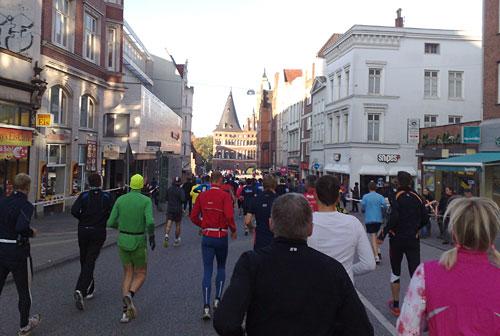 Marathon-Läufer und Holstentor in Lübeck