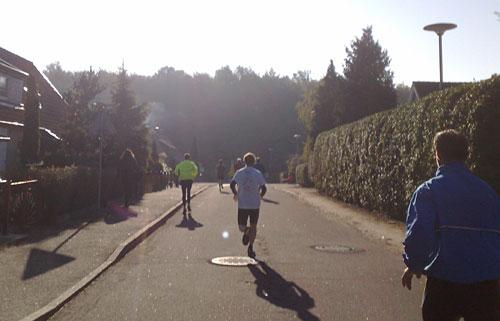 Läufer auf stark abschüssiger Straße
