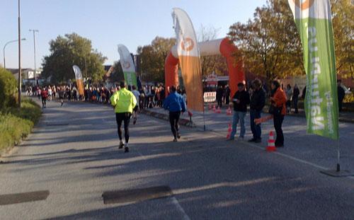 Läufer und Zuschauer mit bunten Fahnen